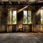 Ein HDR Bild bestehend aus 9 Bildern. Entstanden in Dresden Hellerau in der Waldschänke kurz vor den Sanierungsarbeiten. Das Bild zeigt ein Fenster und einen kleinen Hocker. Postproduction by philographics.at - Philipp Schulz